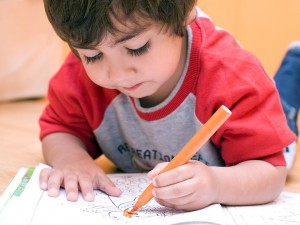 bambino che colora sul quaderno